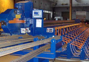 Materiaaltribune voor betonstaal, met daartussen een aanvoerbaan naar de knipschaar, geproduceerd door MHZ