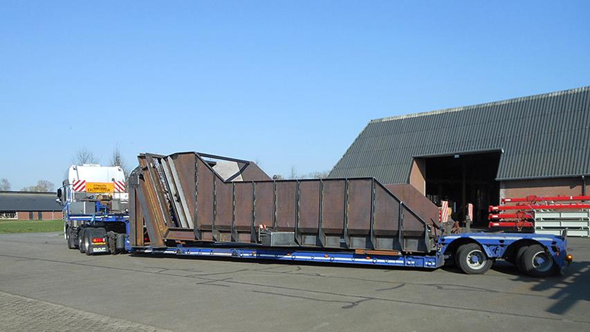 Transport met vrachtwagen bij machinefabriek MHZ