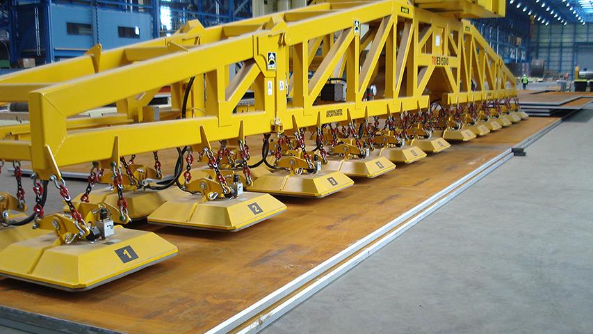 Vacuüm heftoestel voor het heffen van zware staalplaten tot wel 70 ton, geproduceerd door MHZ