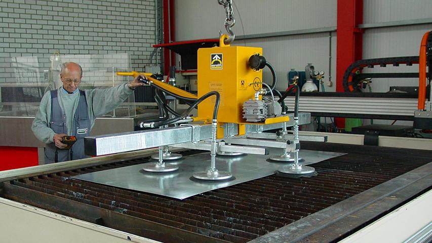 Vacuüm heftoestel voor het transporteren van metaalplaten van en naar een automatische snijtafel, geproduceerd door MHZ